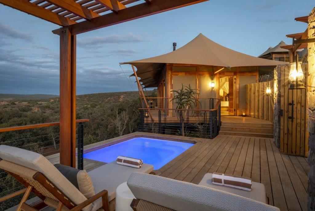 Privé-zwembad, ligstoelen, veranda